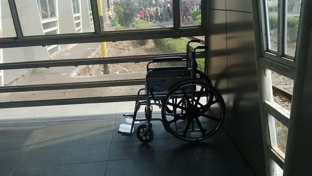 Ada Kursi Roda dan Jalur Untuk Penyandang Disabilitas di Stasiun KRL