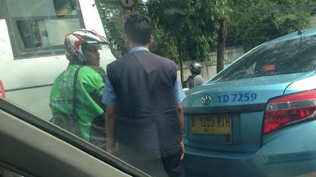 Tak Sabar Tunggu Lampu Merah, Abang Go-Jek Ini Gebrak Taksi di Pejaten