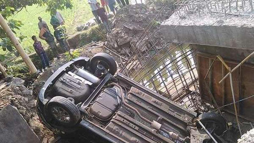 Minibus Nyungsep di Jembatan Serang, Pengemudi Dievakuasi ke Puskesmas