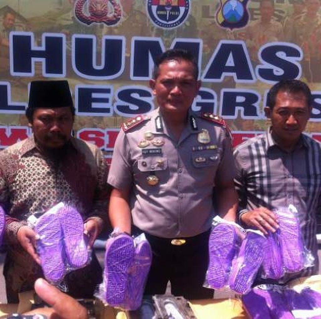 Polisi Sita Ratusan Sandal Berlafal Allah di Gresik