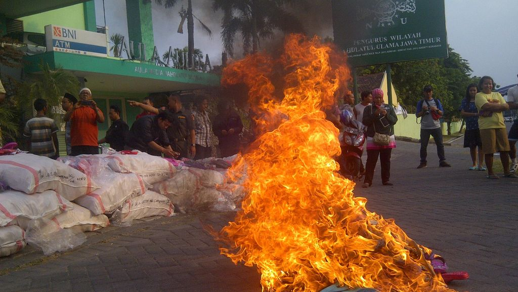 Ribuan Sandal Berlafal Allah Dimusnahkan di PWNU Jatim