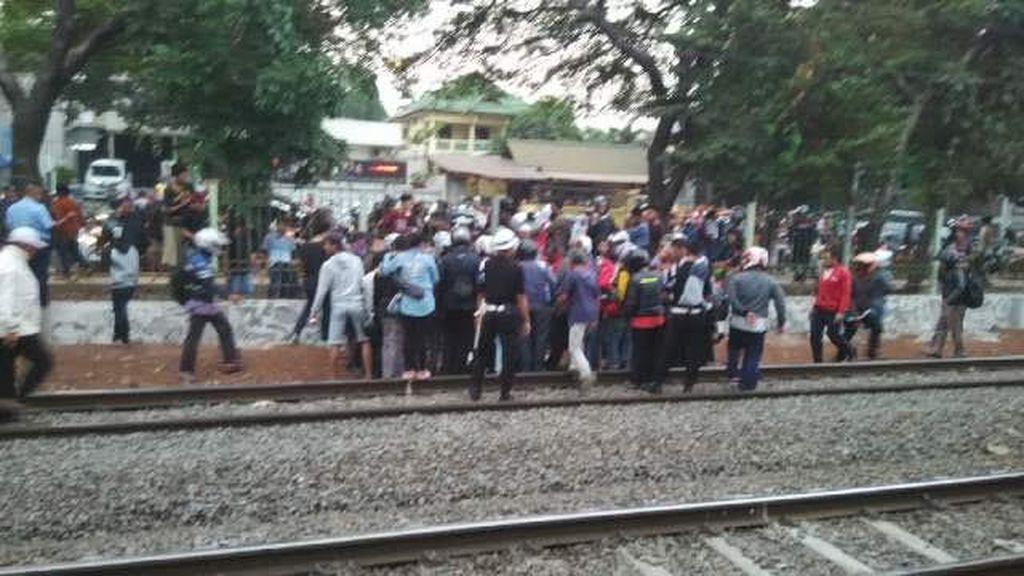 Tersambar Commuter Line di Dekat Stasiun Tanjungbarat, Pria Muda ini Tewas