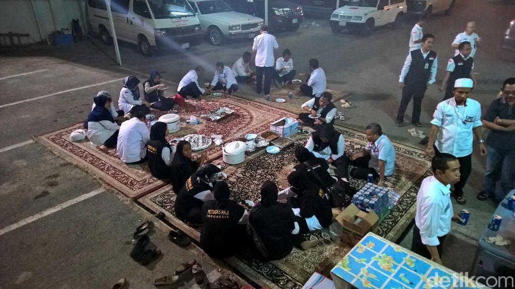 Masa Tugas akan Berakhir, Petugas Haji Syukuran di Halaman Daker Makkah