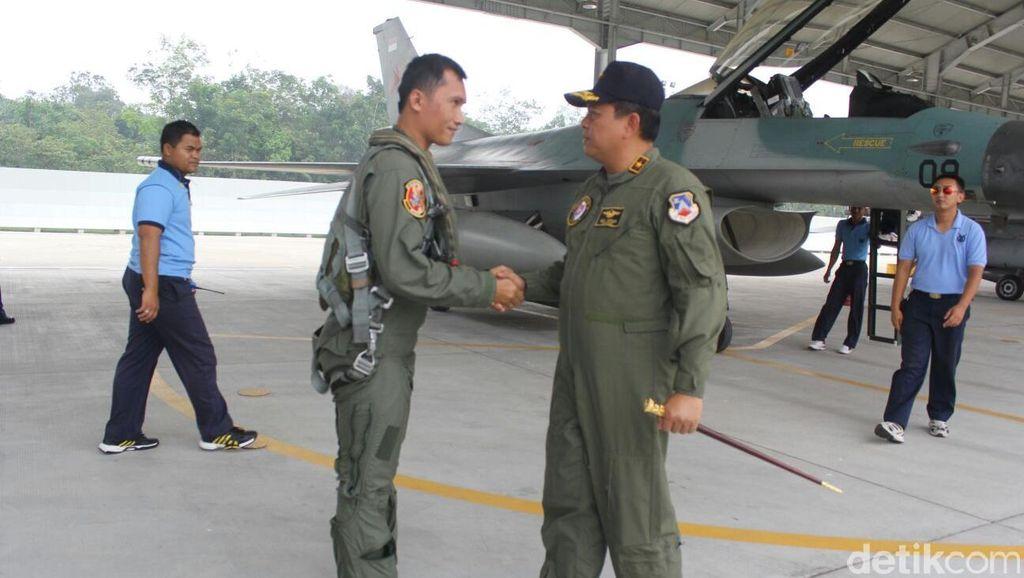 Usai Ikuti HUT TNI, Pesawat Hawk dan F16 Kembali ke Home Base di Pekanbaru