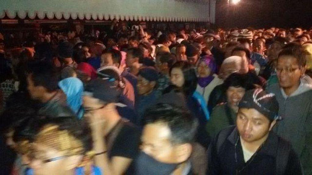 Malam 1 Suro, Ribuan Warga Laku Bisu Kelilingi Benteng Keraton Yogyakarta