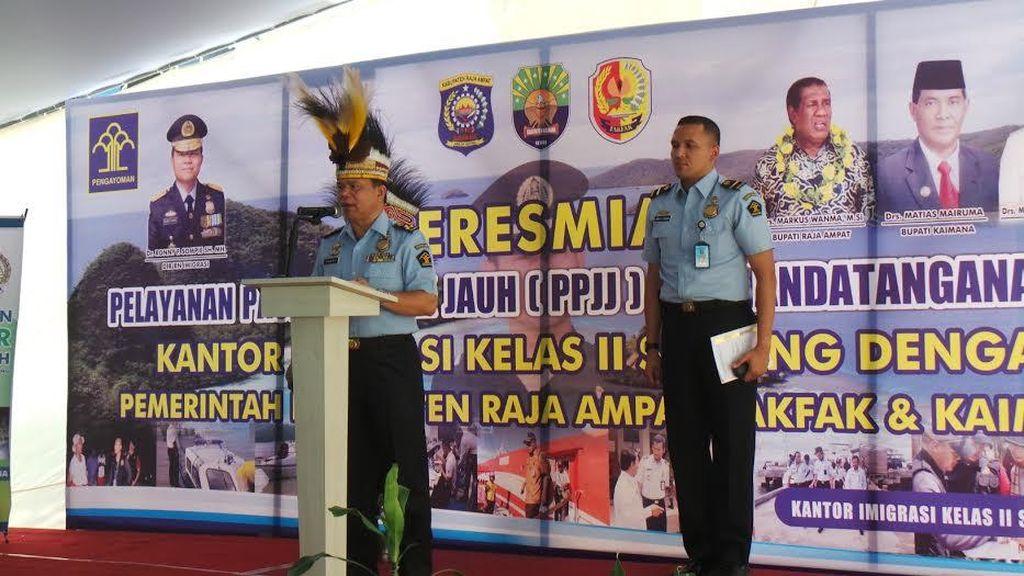 Dirjen Imigrasi Ronny Sompie Resmikan Pelayanan Paspor Jarak Jauh di Sorong