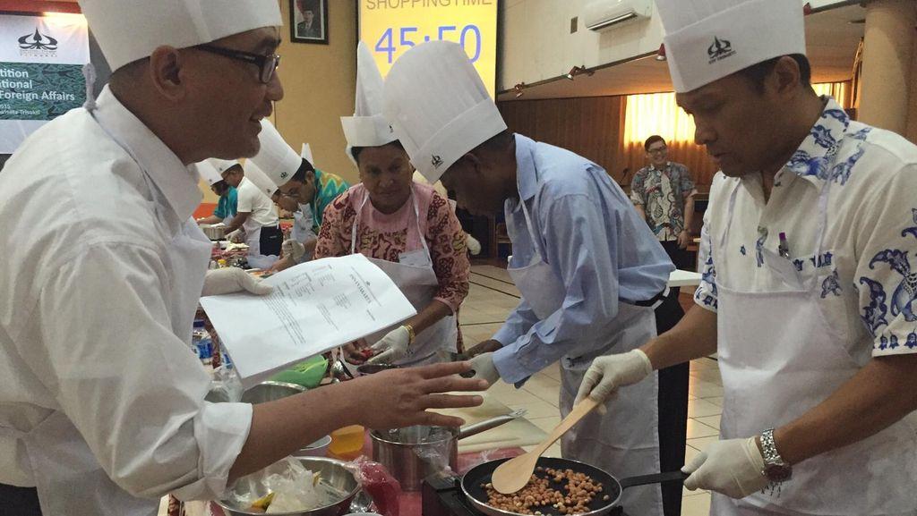 Keriuhan Diplomat 8 Negara Bergaya Bak Chef saat Lomba Masak Sate Maranggi