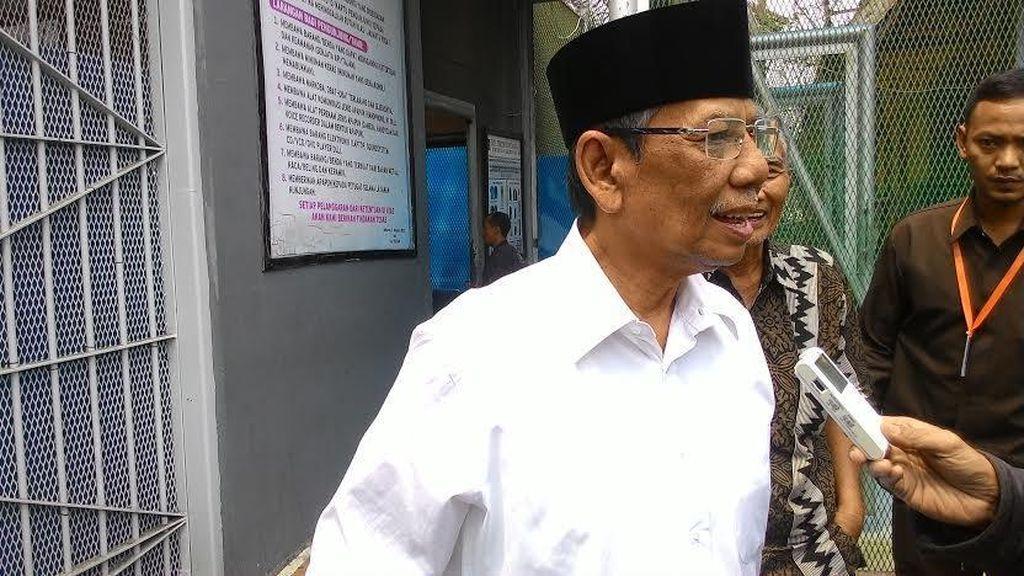 Anggota Wantimpres Hasyim Muzadi Jenguk Fuad Amin di Rutan Salemba