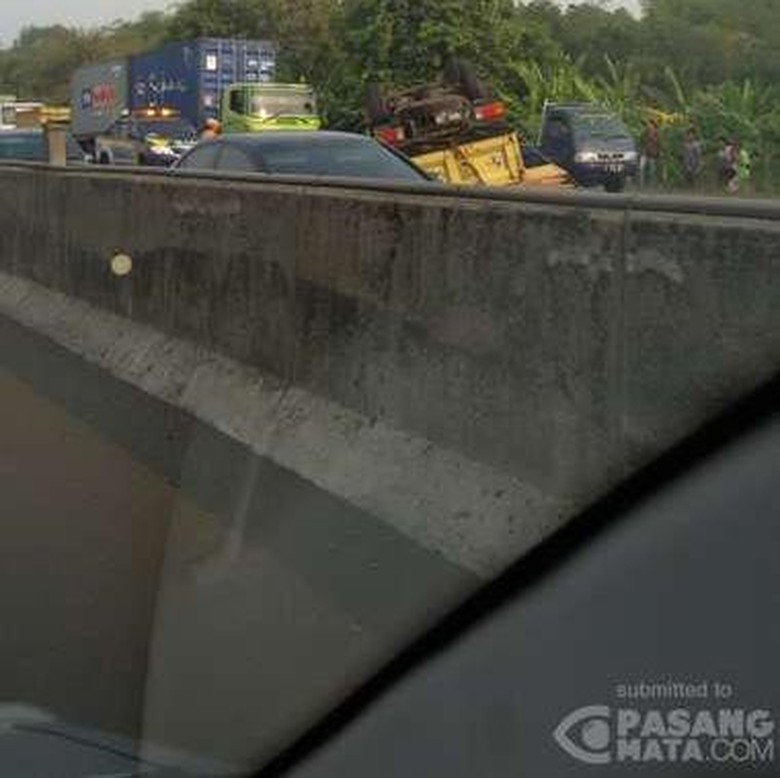 Truk Terbalik di Tol Karawang Km 60+400, Lalin Tersendat