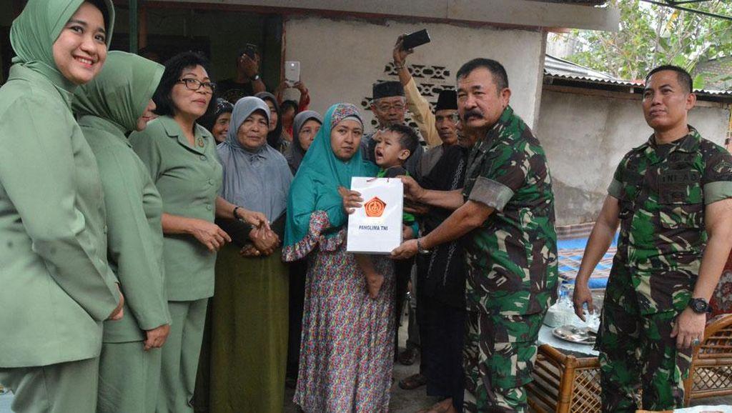 Panglima TNI Santuni Keluarga Anggota Kostrad yang Tewas Ditabrak