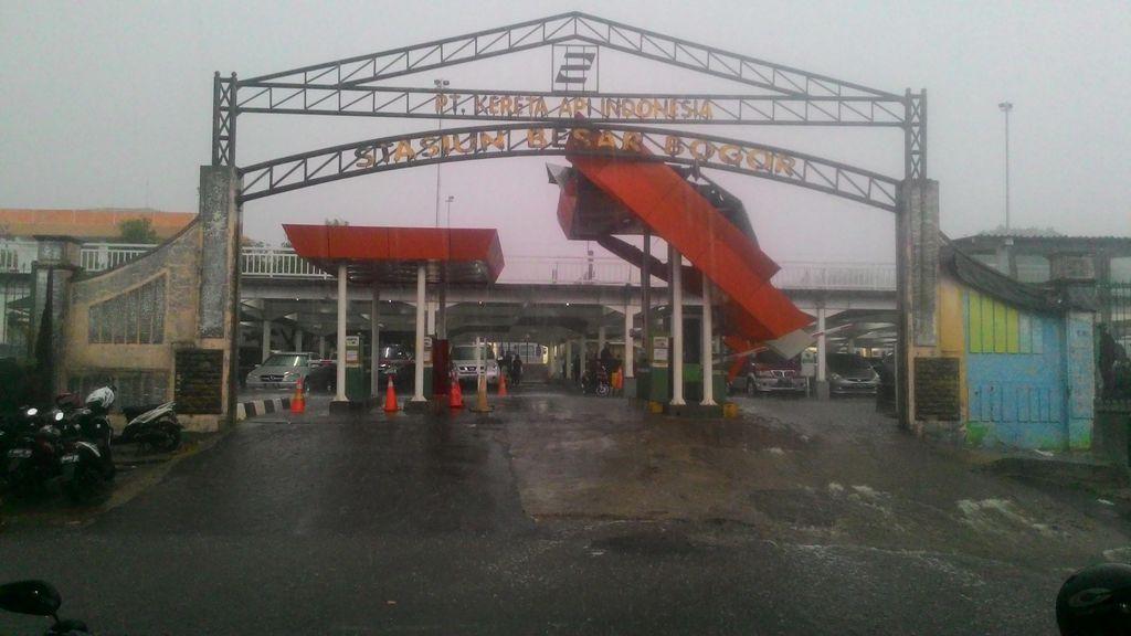 Hujan Disertai Angin, Atap dan Gerbang Parkir Stasiun Bogor Patah