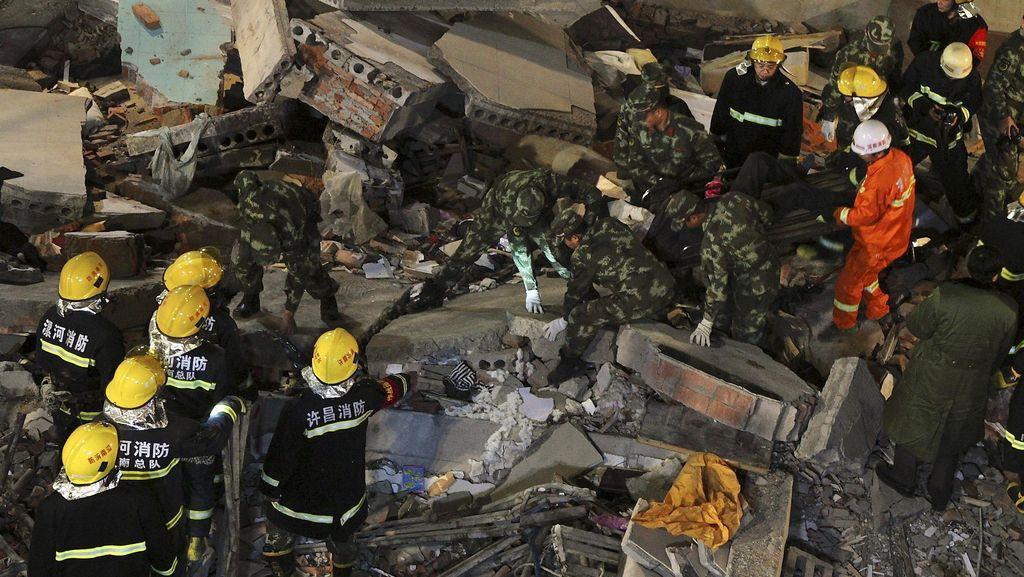 Gedung Roboh di China Tewaskan 17 Orang