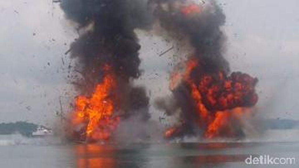Bum! TNI AL Bantu KKP Ledakkan 6 Kapal Pencuri Ikan Vietnam