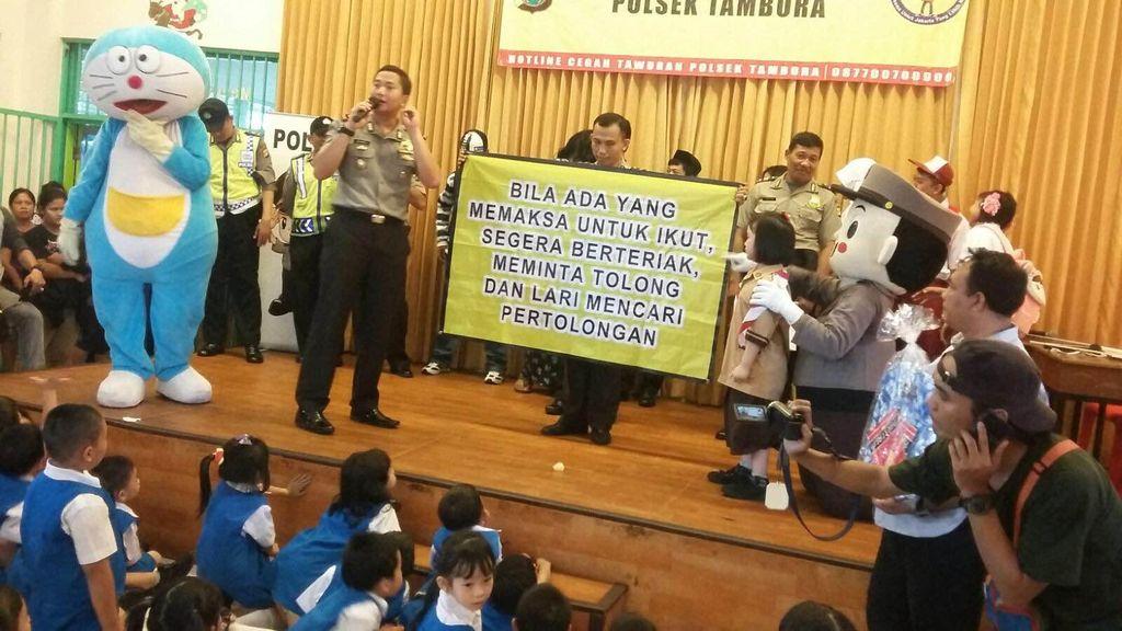 Polsek Tambora Pentaskan Drama Untuk Cegah Kejahatan di Sekolah