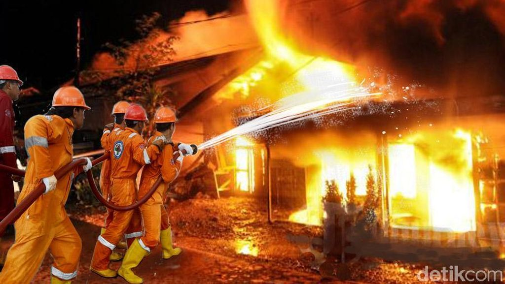 4 Mobil Damkar Padamkan Kebakaran Warung di Kompleks Pomad Pasar Minggu