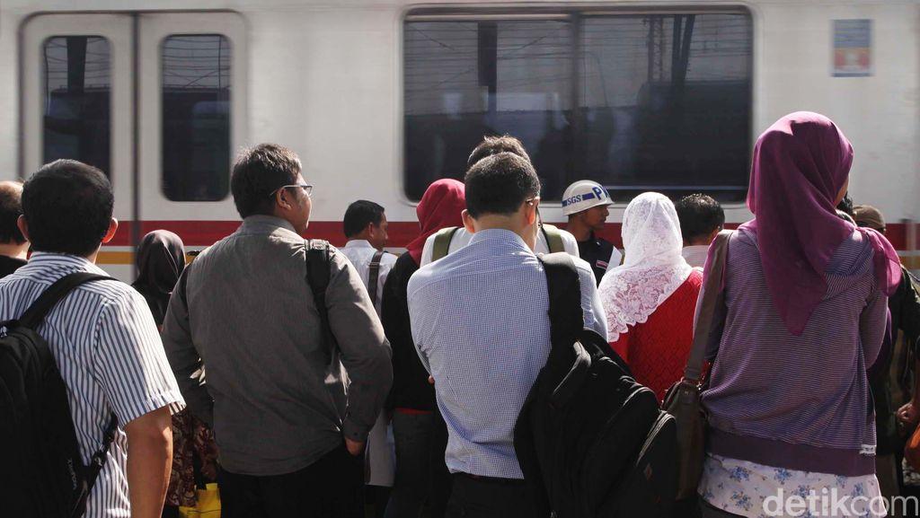 Ada Longsor di Citayam Jadi Penyebab Commuter Line Jalur Bogor Tertahan