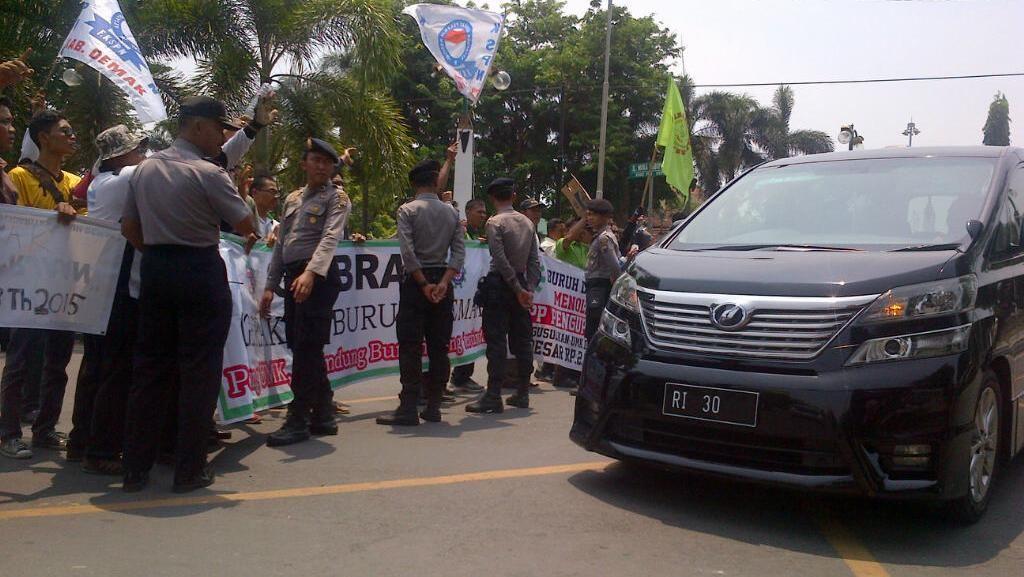 Buruh Demak Cegat Menteri Hanif, Protes Upah Cuma Rp 1,6 juta