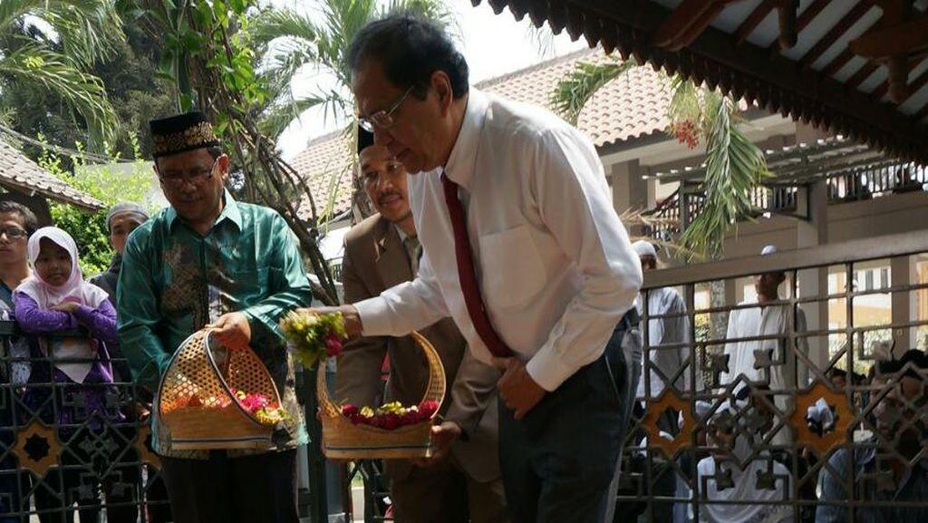 Rizal Ramli Ziarah ke Makam Gus Dur, Kenang Wejangan Soal Potensi Laut