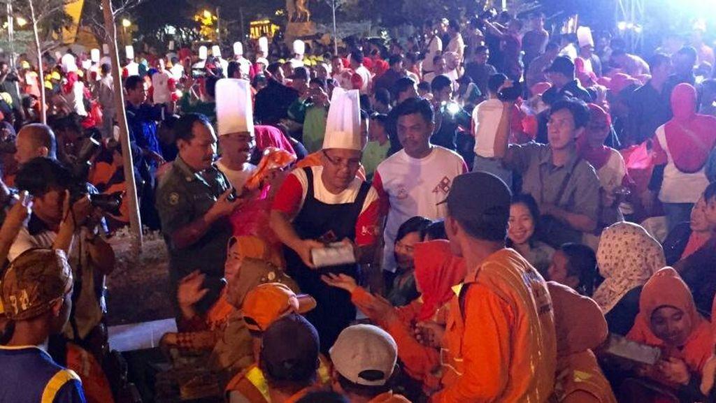 Peringati HUT Makassar, Walikota Makassar Jadi Pelayan di Acara Makan Malam