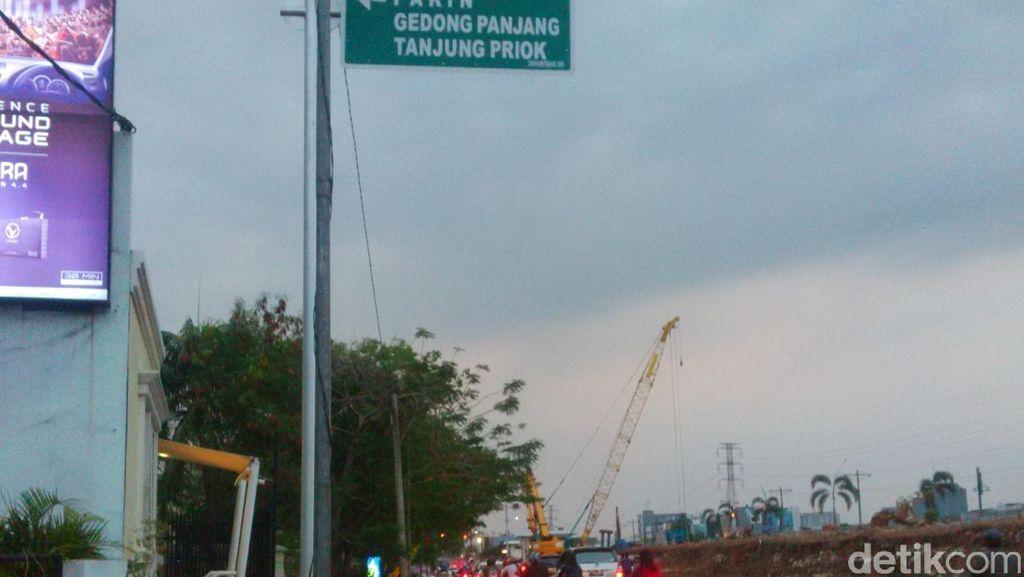 Pipa Air Terkena Proyek JLNT, Jalan Raya Pluit Barat Tergenang
