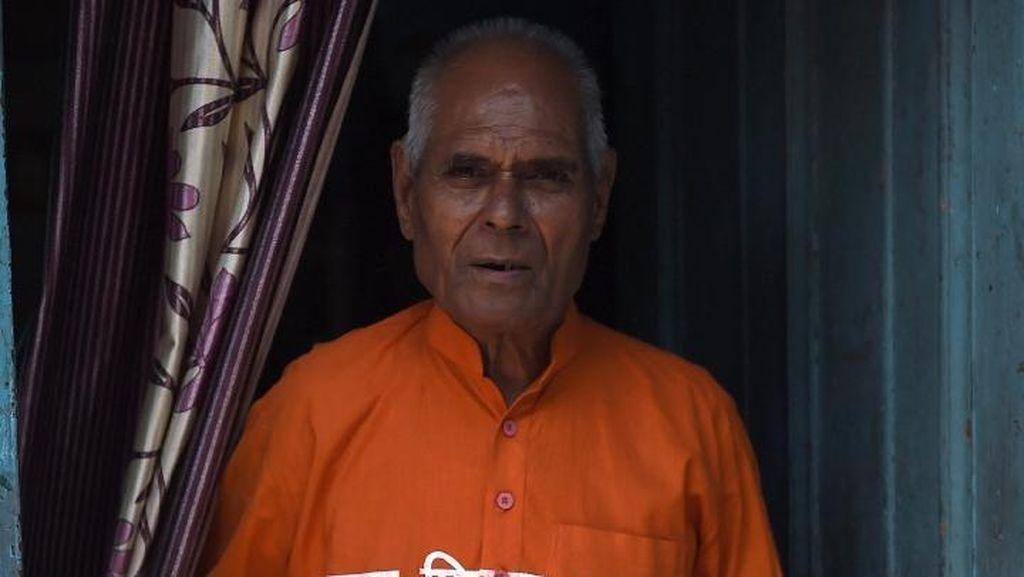 Salut! Kakek 79 Tahun Berikan Obat-obatan untuk Warga Miskin India
