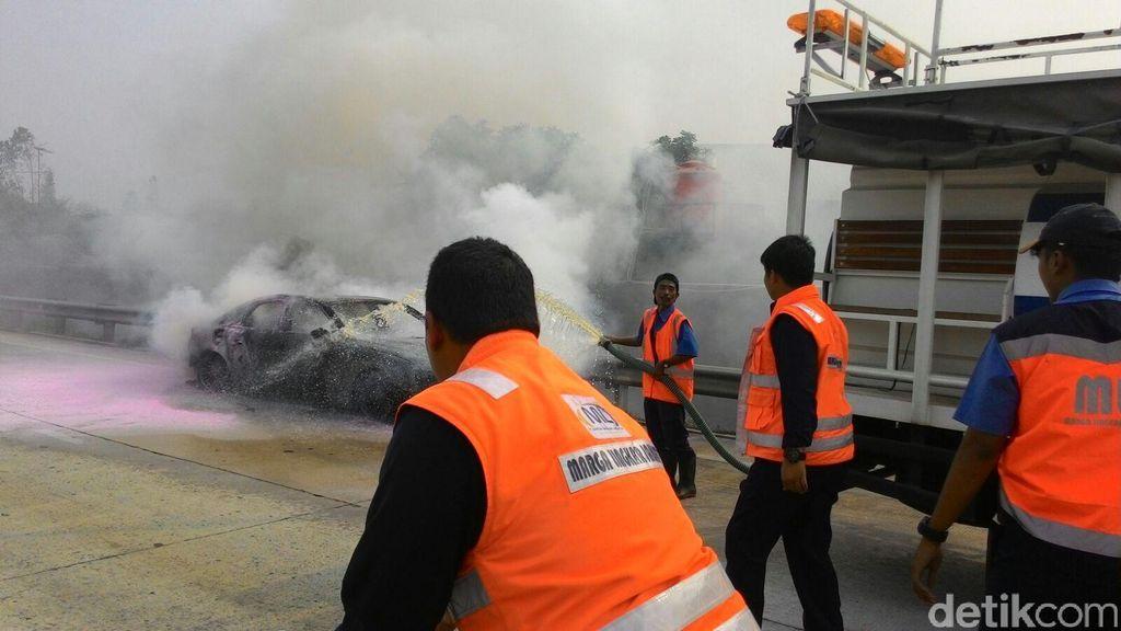 Diduga Korsleting Listrik, Mobil Audi Terbakar di Tol Jakarta-Tangerang