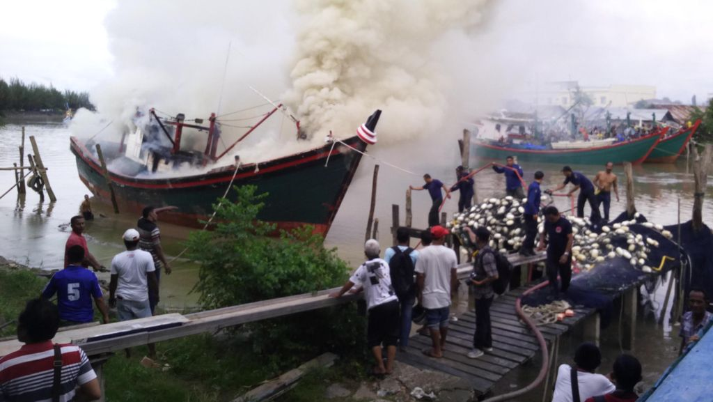 Kapal Nelayan Ukuran 30 GT Terbakar saat ABK Perbaiki Lampu Tembak
