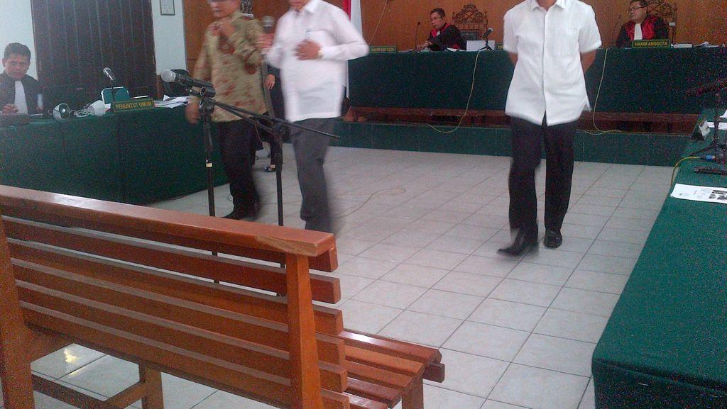 Sidang Suap APBD Riau, Hakim: Kok Rapat Pakai Copot Baterai HP