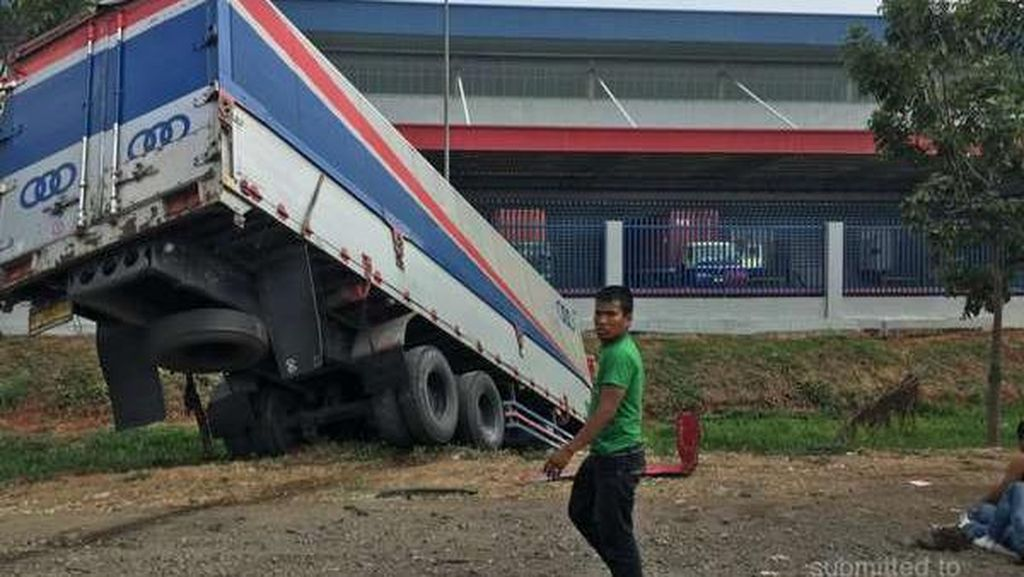 Truk Terperosok ke Parit di Tol Jakarta-Cikampek, Lalin Macet 10 Km