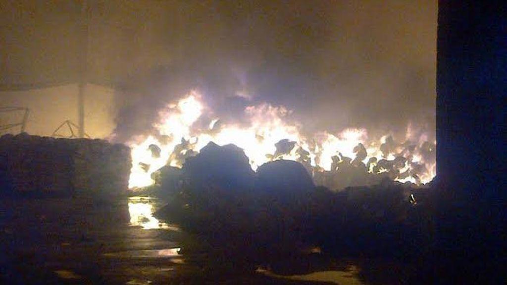Kebakaran Besar Lahap Pabrik Sirop di Semarang
