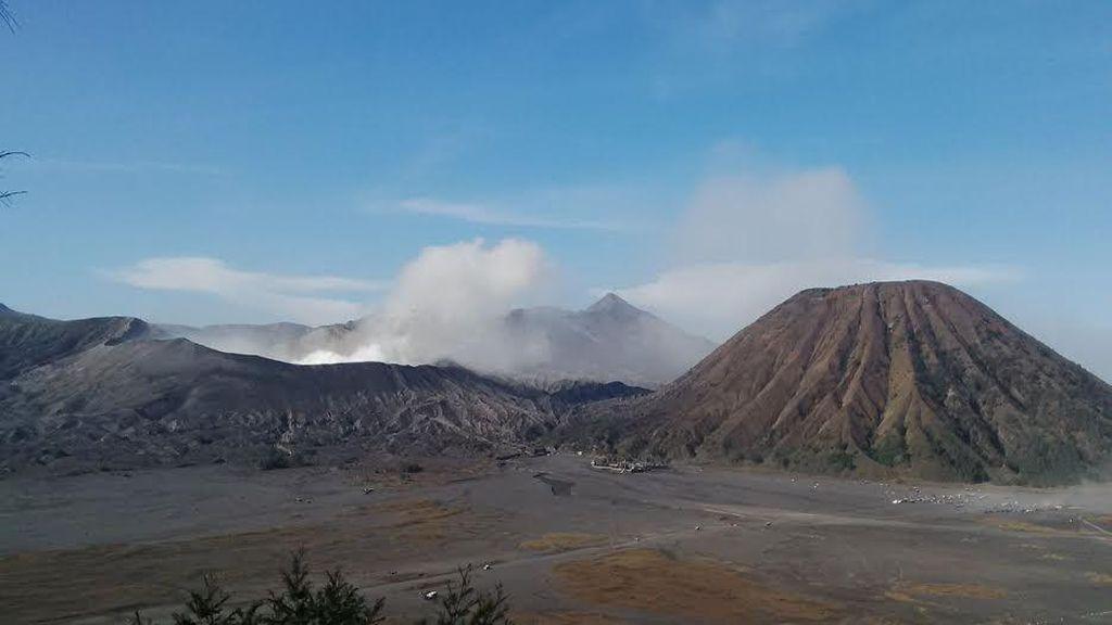 Gunung Bromo Mulai Keluarkan Abu Vulkanik, Warga Diimbau Gunakan Masker