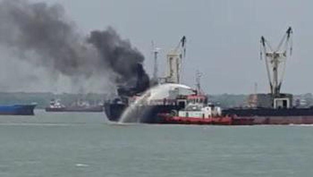 Kapal Kargo Terbakar di Pelabuhan Tanjung Perak