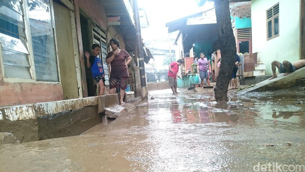 Begini Sibuknya Warga Rawajati Bersihkan Rumah dari Lumpur Usai Banjir