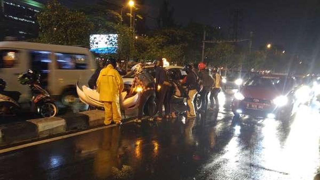 Taksi yang Nyangkut di Separator Jl Tentara Pelajar Palmerah Bukan Express