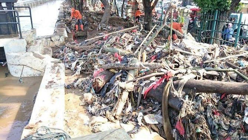 Banjir di Pertigaan Hek Surut, 3 Ton Lebih Sampah Terangkut