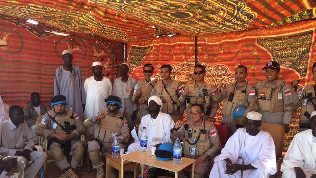 Rayakan HUT Brimob, Pasukan Polri di Sudan Makan Bareng dengan Warga