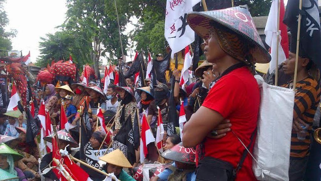 Kawal Sidang Soal Pabrik Semen, Ratusan Petani Jalan Kaki Pati-Semarang