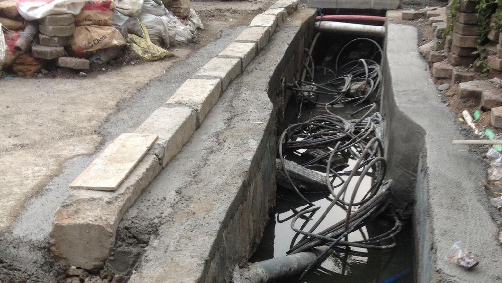 Bahaya! Kabel Listrik Semrawut di Got Sekitar Jalan Jenderal Sudirman