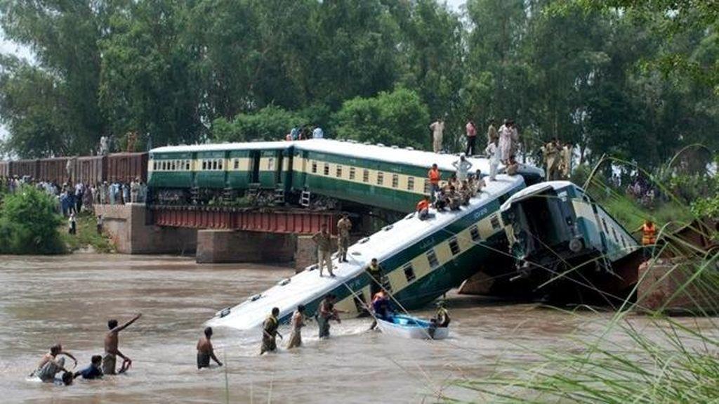 Kereta di Pakistan Tergelincir, 11 Orang Tewas dan Ratusan Luka-luka