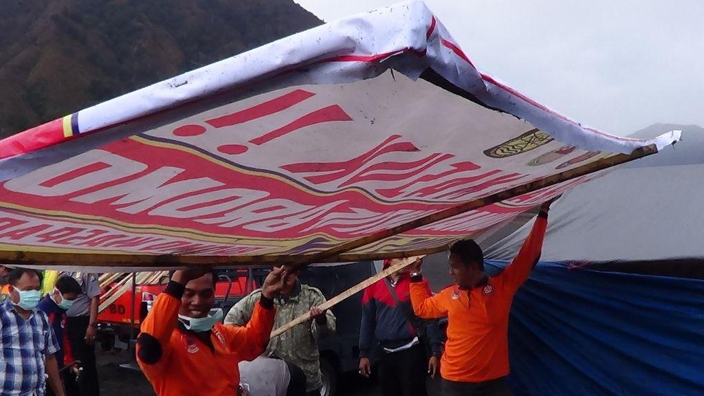Petugas Gabungan Tutup Sementara Pintu Masuk Ke Kawah Gunung Bromo