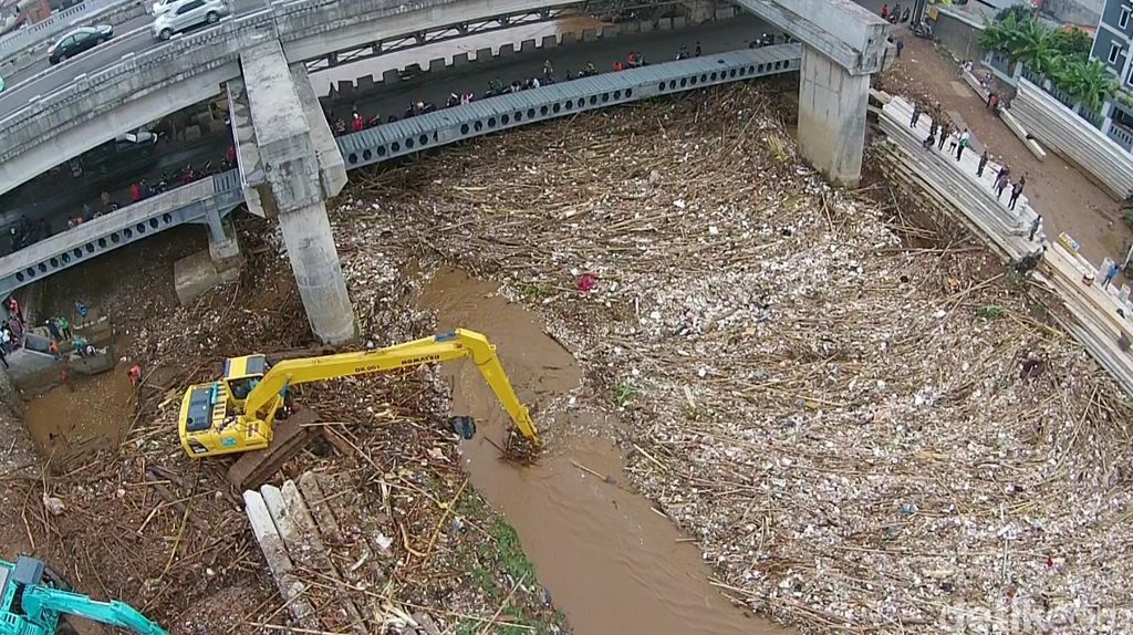 Melihat Lautan Sampah Kayu di Sungai Kalibata dari Udara