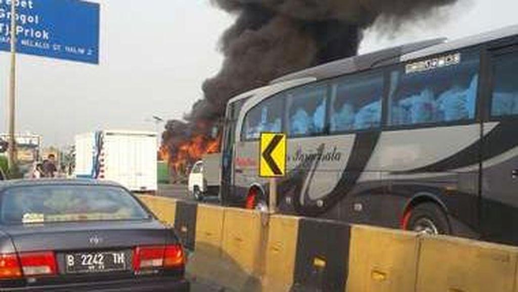 Bus Mayasari Bakti Terbakar di Gerbang Tol Halim, Lalin Arah Cawang Macet