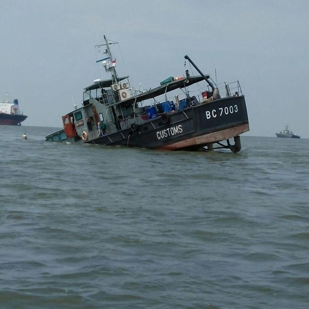 Feri Tujuan Singapura Tenggelam di Batam, 97 Orang Berhasil Diselamatkan