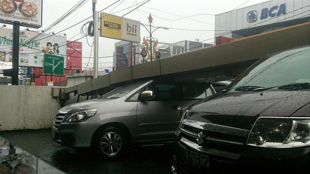 Hujan dan Angin Kencang di Sukabumi, Papan Reklame Roboh Timpa 2 Mobil