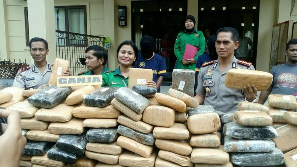 Truk Angkut Ganja Senilai Rp 1,2 M ini Disergap Polisi Depok di Bekasi