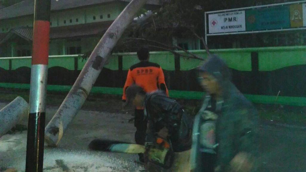 BNPB: Puting Beliung di Pulau Jawa, 4 Orang Tewas dan 2.191 Bangunan Rusak
