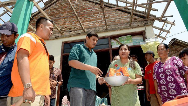Wali Kota Kediri Sumbang Alat Masak hingga Sarung ke 3 Korban Rumah Roboh