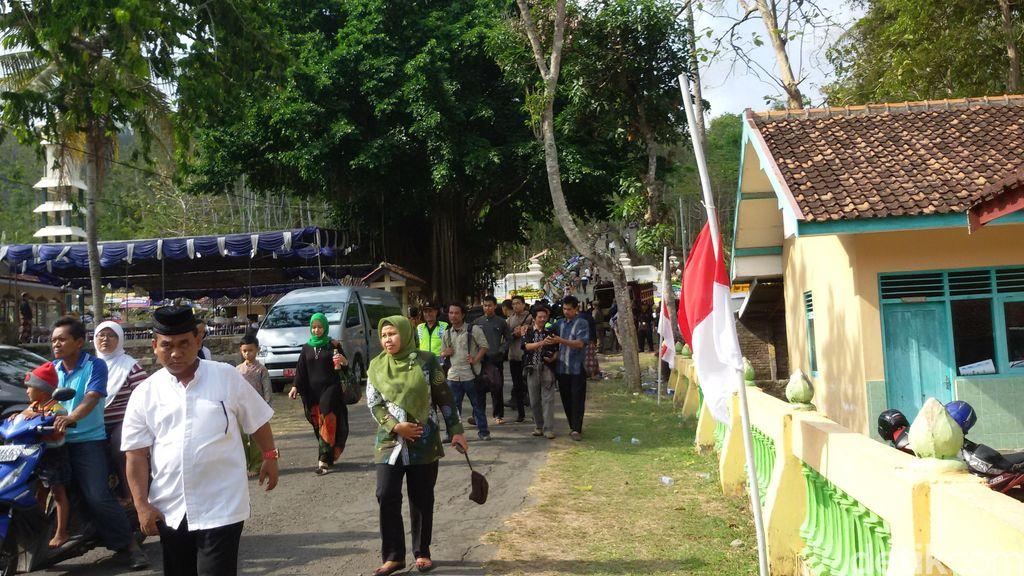 Bendera Setengah Tiang Berkibar Menuju Makam Sri Paduka Paku Alam IX