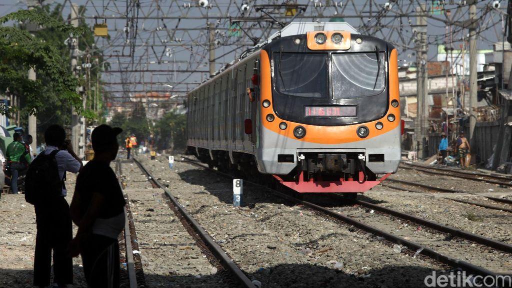 Mahasiswa Tewas Tersambar Kereta di Perlintasan di Jatinegara