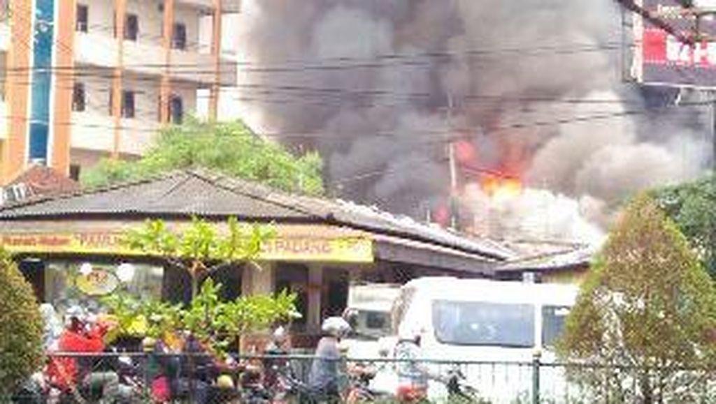 Kebakaran di Samping Unpam Bersumber dari Toko Bangunan, Merembet Toko Lain